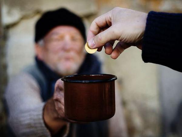 Попрошайничество– это выпрашивание денег либо иных материальных и нематериальных ценностей у незнакомых людей. 8