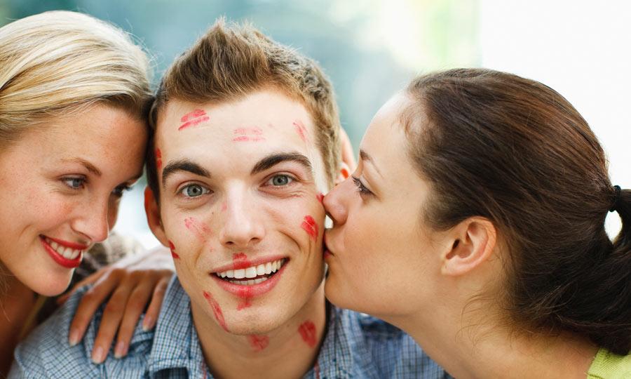 Прикольная картинка парня с двумя девушками, поздравительные открытки днем
